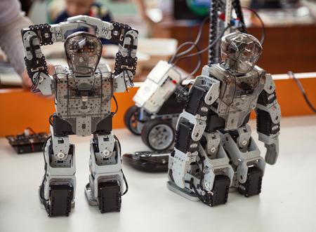 Khabarovsk, Rusland - 24 april 2016: Robotis Bioloid, Premium kit: 2 kleine geprogrammeerde DIY humanoïde robot speelgoed staande op een tafel close-up Stockfoto - 64566672