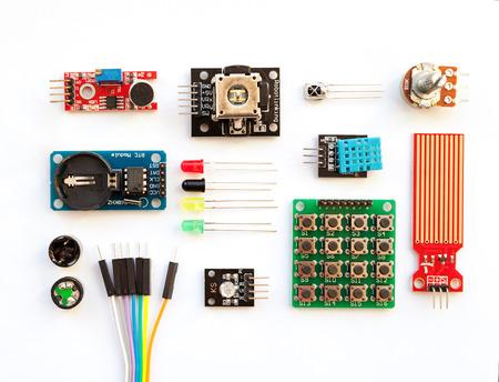 화이트 절연 디지털 장치를 구축하기위한 전기 구성 요소 키트. Arduino 로봇 부품 및 요소입니다. 전자 모듈 세트
