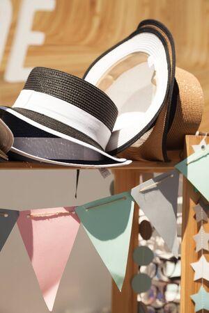 Sombreros de paja de verano en un escaparate festivo decorado. Hermosa vintage sombreros puesto de venta en un mercado