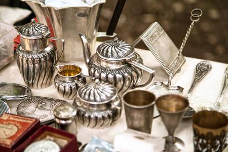 アンティークの銀のティーポット、クリーマーとフリー マーケットで他の道具。ガレージ セールで古い金属食器グッズ