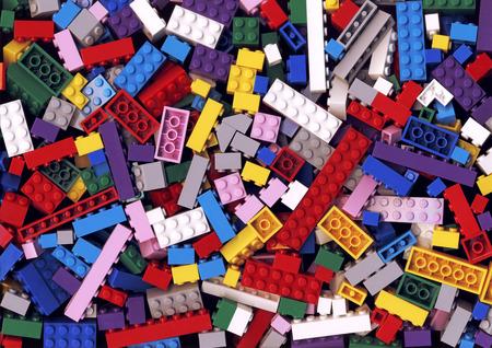 Veel verschillende kleurrijke Lego blokken achtergrond. Vele geassorteerde bouwstenen van heldere kleuren. Educatief speelgoed voor kinderen Stockfoto