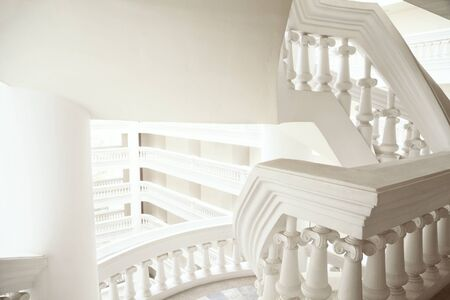 Fondo blanco abstracto de la arquitectura genérica del estilo clásico con un espacio de la copia. Hermosa balaustrada en las escaleras y el balcón