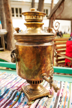 Russian traditional copper samovar for making tea.  Historic water boiling appliance close-up Stockfoto