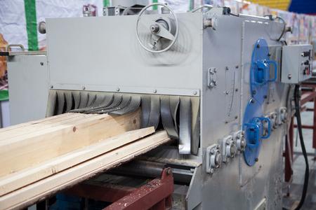 Grande scierie industrielle coupant du bois en planches. Usine de menuiserie produisant du bois