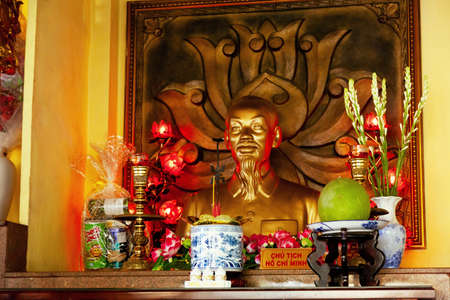 Ho Chi Minh City, Vietnam - March 18, 2020: Vietnamese president Ho Chi Minh bust at the temple of the Hung Kings. A golden sculpture of communist uncle Ho with offerings in a Taoist shrine Redactioneel