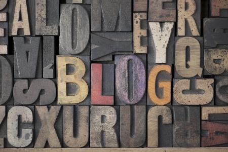Het woord blog geschreven in zeer oud en versleten letterpress type