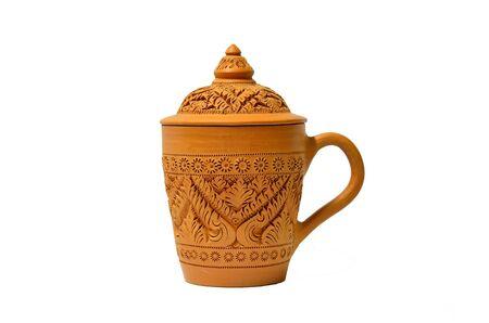 ollas de barro: arcilla taza con estilo de trama tailandesa aislada sobre fondo blanco Foto de archivo