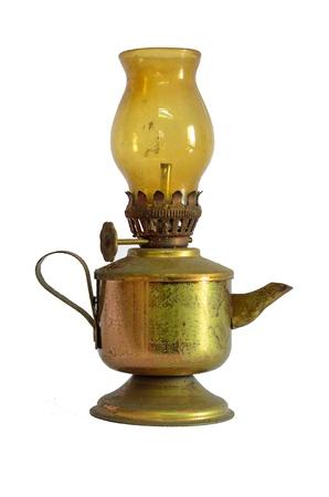 an oil lamp: Vieja linterna aisladas sobre fondo blanco