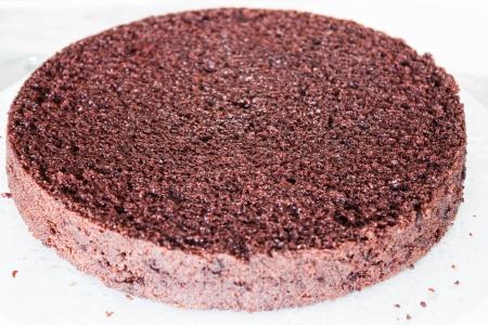 rum cake: Strato inferiore di chiffon torta di cioccolato al rum spruzzato Archivio Fotografico