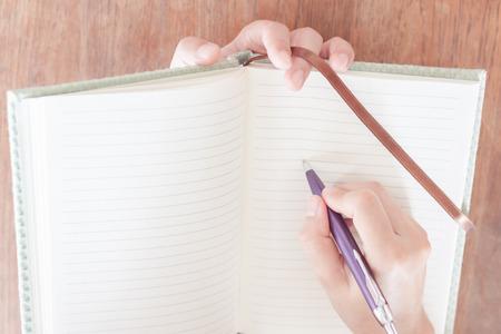 poner atencion: Mujer prestan atenci�n de la escritura, foto