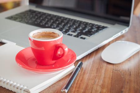 メモ帳やノート パソコン、ストック フォトで赤コーヒー カップ