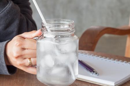 ストック フォトの水の冷たいガラスを持っている女性の手 写真素材