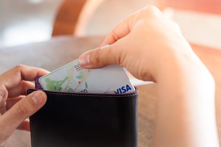 tarjeta visa: Chiang Rai, Tailandia - 3 marzo 2016: Mujer de la tarjeta visa de explotación de la mano, foto de stock
