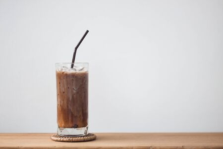 Ice coffee on wooden table Foto de archivo - 128098037