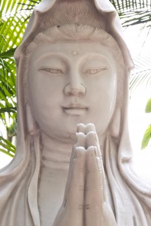 taoisme: Godin van barmhartigheid Guan Yin standbeeld in chinese tempel, Bangkok