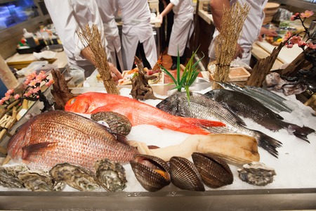 Frutti di mare freschi come pesce, gamberi, gamberi su ghiaccio nei ristoranti Archivio Fotografico