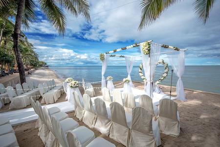 결혼식: 열대 해변에서 결혼식 설정