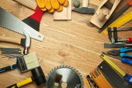 Différents outils sur un fond en bois.