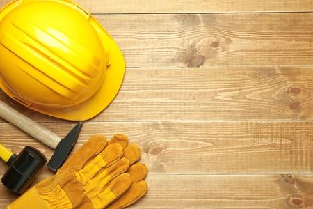 herramientas de carpinteria: Diferentes herramientas en un fondo de madera.