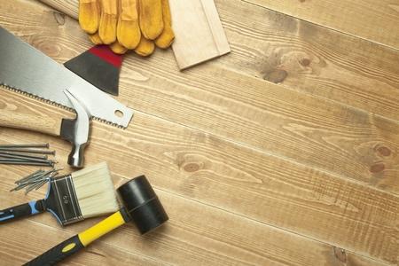 herramientas de construccion: Herramientas diferentes sobre un fondo de madera. Foto de archivo