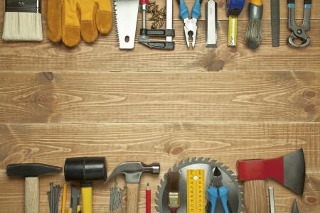 falegname: Diversi strumenti su uno sfondo in legno. Archivio Fotografico