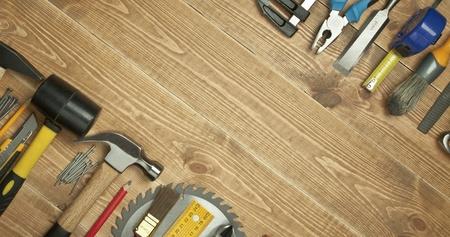 Různé nástroje na dřevěném podkladu.