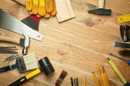 falegname: Strumenti diversi su uno sfondo di legno.