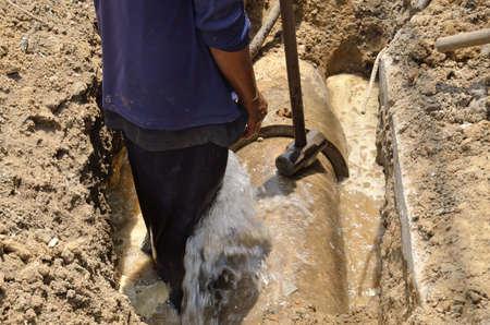 lekken: lekken van water op Asbestcement pijp