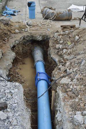 fontaneria: Reparar la tuber�a rota con el nuevo reemplazo