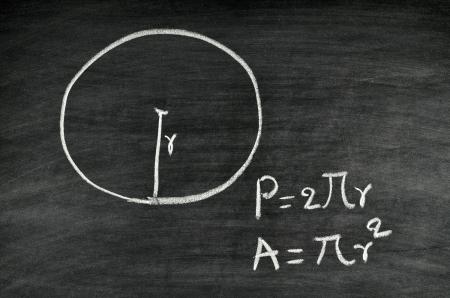 p�rim�tre: zone de cercle et p�rim�tre formule �crite sur le tableau noir