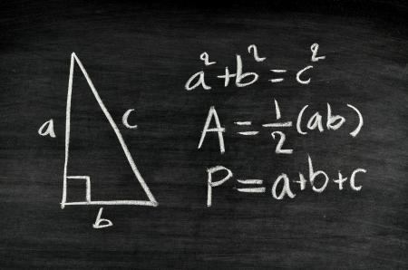 p�rim�tre: l'aire du triangle rectangle et p�rim�tre formule �crite sur le tableau noir