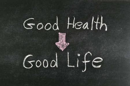 """habitos saludables: """"Buena salud y buena vida"""" palabra escrita en la pizarra Foto de archivo"""