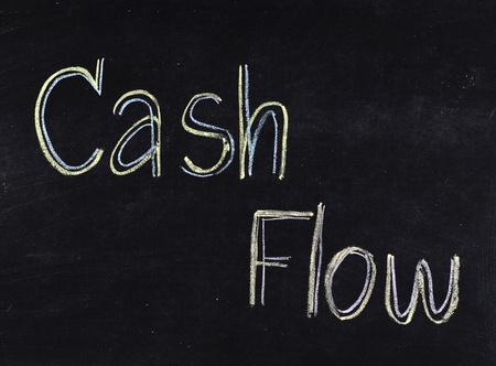 """flujo de dinero: """"Cash flow"""" escrita a mano en la pizarra"""