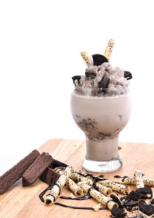 cookies and cream: Cookies and Cream Milkshake (chocolate smoothie)