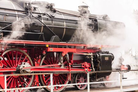 Vecchia locomotiva a vapore d'epoca in un deposito Archivio Fotografico
