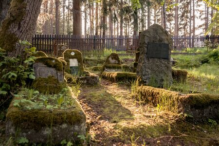 Gravestones of an old forgotten cemetery Banque d'images - 134799507