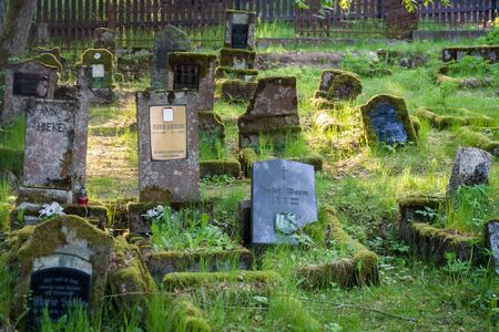 Gravestones of an old forgotten cemetery Banque d'images - 134799508