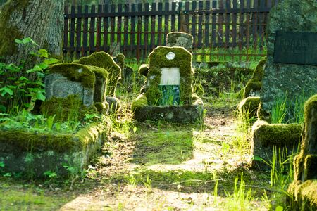 Gravestones of an old forgotten cemetery Banque d'images - 134799543