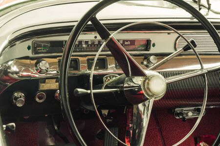 Ein Oldtimer-Cockpit mit Lenkrad