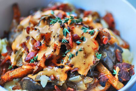 French fries, with mushrooms, onions and chipotle sauce topped with fresh thyme