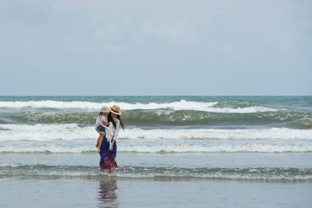 Madre e figlia che giocano sulla spiaggia Archivio Fotografico - 52803397