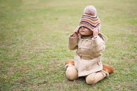 Ragazza di essere bendato maglia cappello