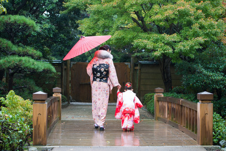 Mother and daughter in Japanese clothes Banco de Imagens