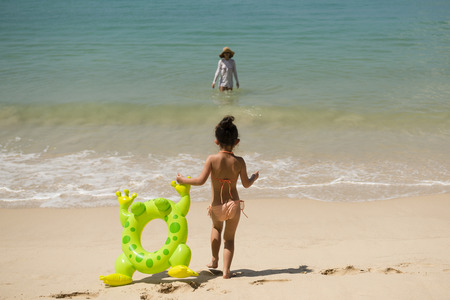 Little girl and her mother at the beautiful beach Banque d'images
