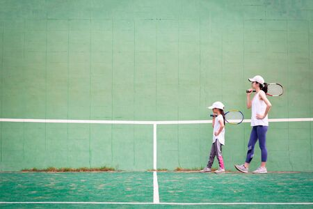 Mother and daughter practicing tennis Banque d'images - 132040490