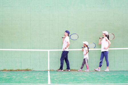 Father and mother and daughter to the practice of tennis Banque d'images - 132040834