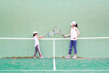 Mother and daughter practicing tennis Banque d'images - 132040564