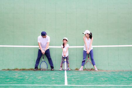 Father and mother and daughter to the practice of tennis Banque d'images