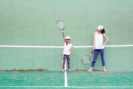 Mother and daughter practicing tennis Banque d'images - 132040453