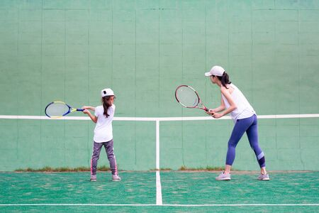 Mother and daughter practicing tennis Banque d'images - 132040714